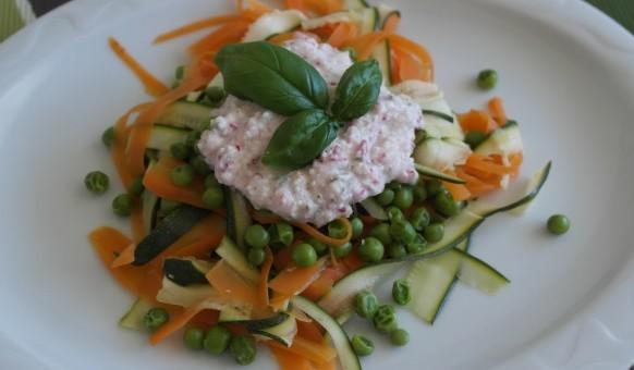 Gemüse gedämpft mit Schafskäse-Radieschen-Sauce auf Teller angerichtet