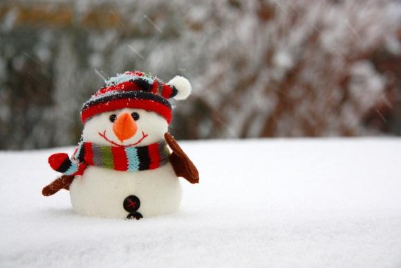 Schneemann mit Mütze und Schal