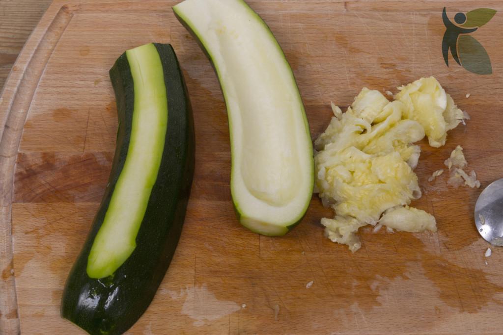 Zucchini gefüllt, erster Schritt Zucchini aushöhlen