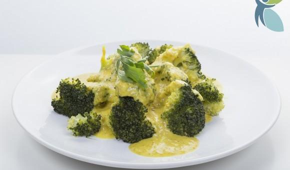 Broccoli mit Amaranth-Mandel-Sauce auf Teller angerichtet