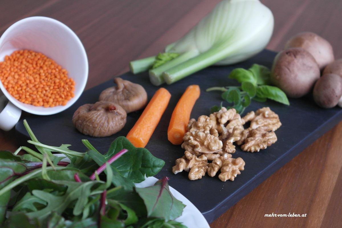 Wintersalat Zutaten auf Brett und auf Teller