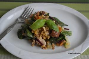 Wintersalat mit Linsen auf Teller angerichtet