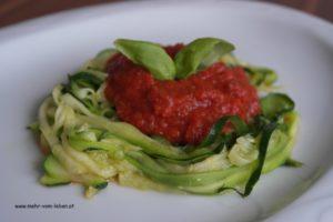 Zucchininudeln mit Tomatensauce auf Teller