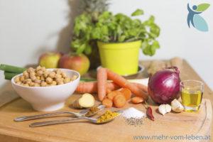 Gemüse und frische Kräuter auf Tisch