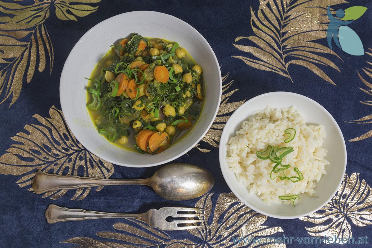 Gemüse und Reis in zwei Schüsseln und Besteck