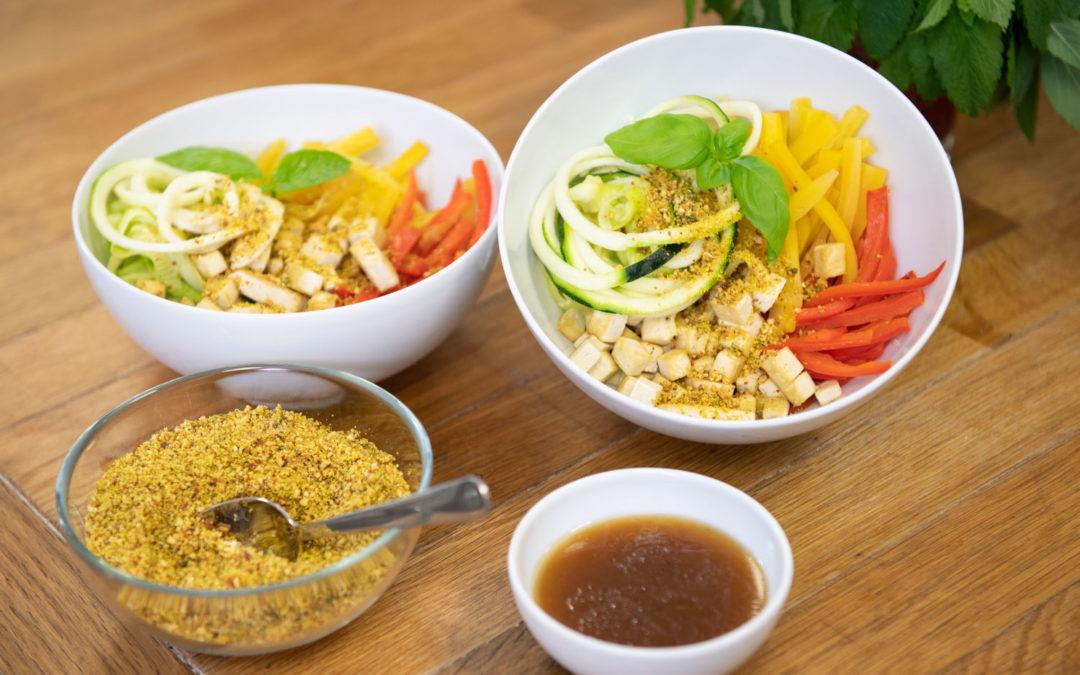 Bunte Gemüsebowl mit Tofu und Mandeln